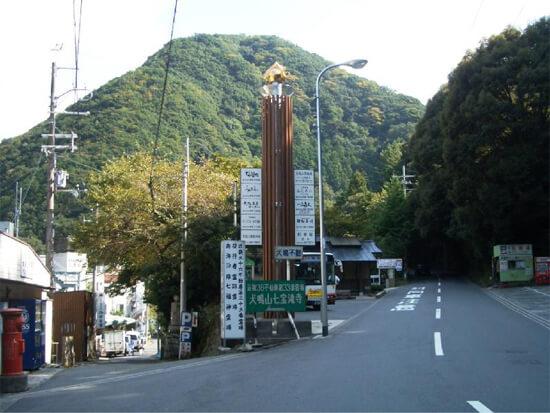犬鳴山駐車場への目印
